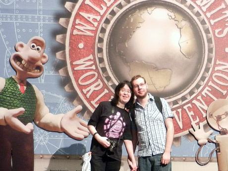 Alina und Robert am Eingang von Wallace and Gromit´s World of Invention