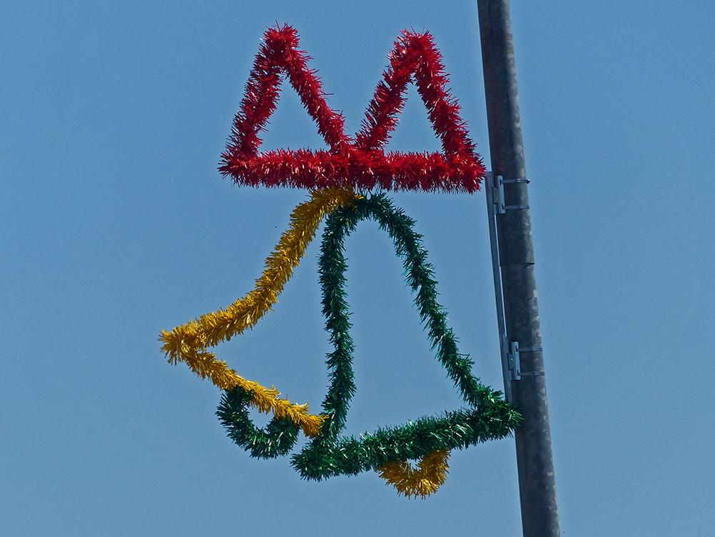 Weihnachtliche Dekoration an einer Straßenlaterne in Australien