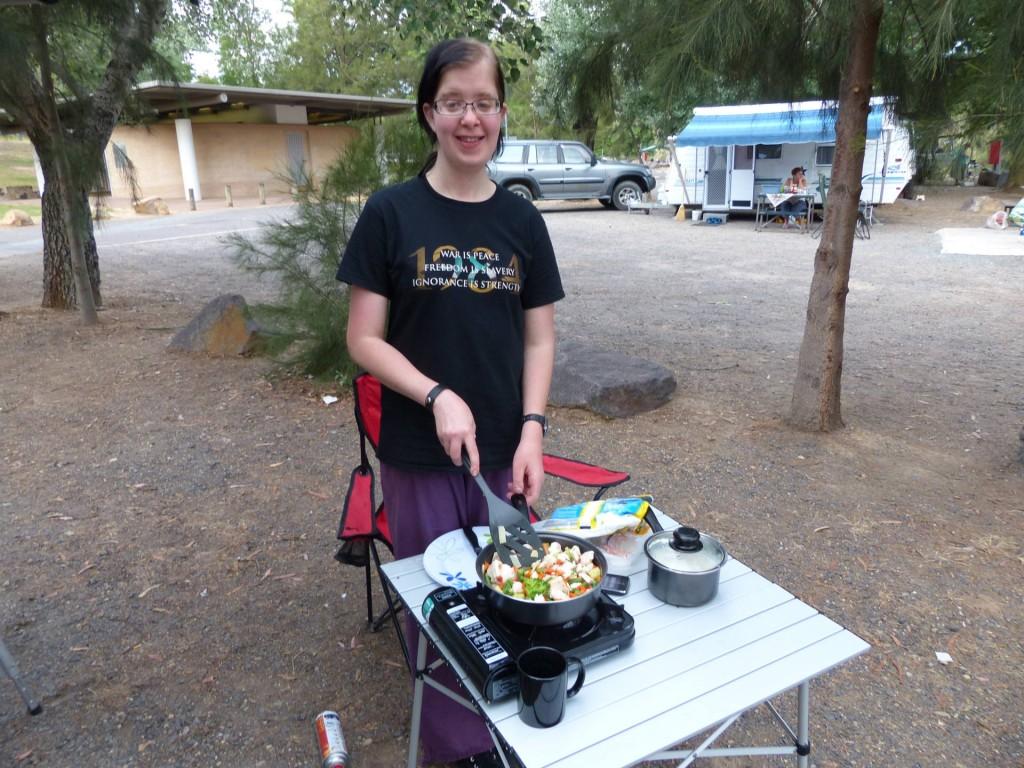Alina macht Abendessen auf dem Cotter Campground