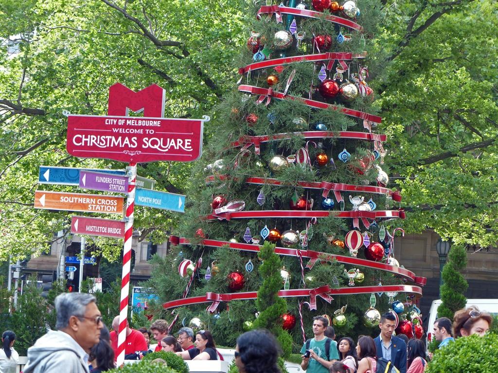 Christmas Square in Melbourne, mit Weihnachtsbaum und einigen Menschen in T-Shirts ;)