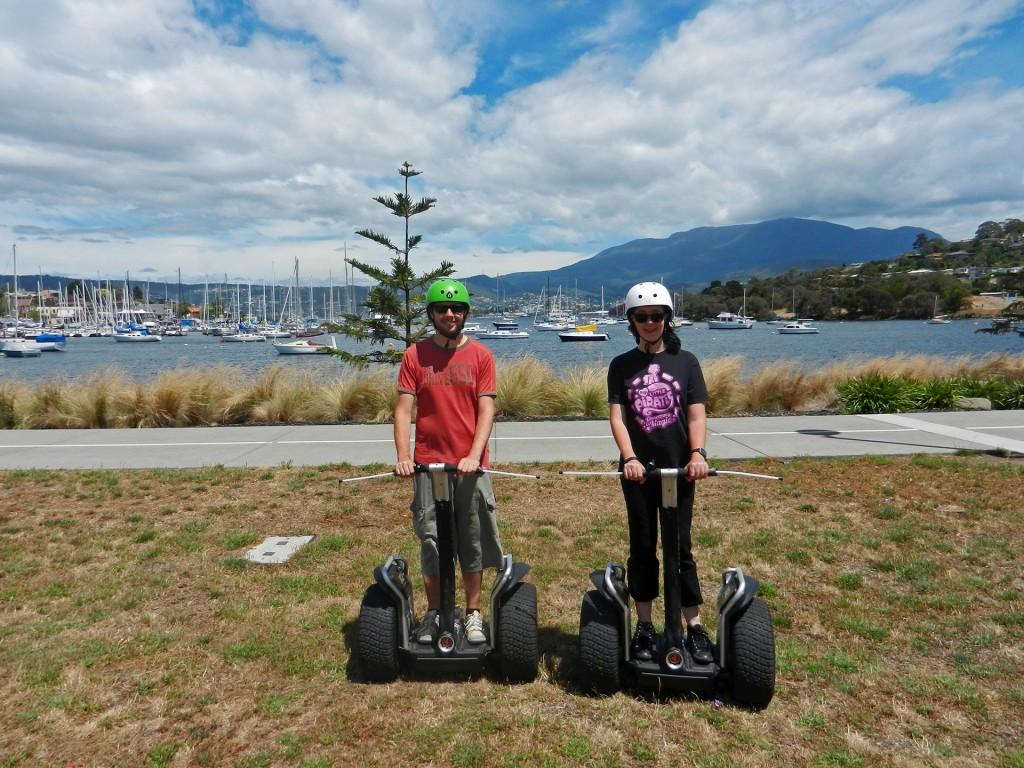 Robert und Alina auf Segways vor dem Hafen in Hobart