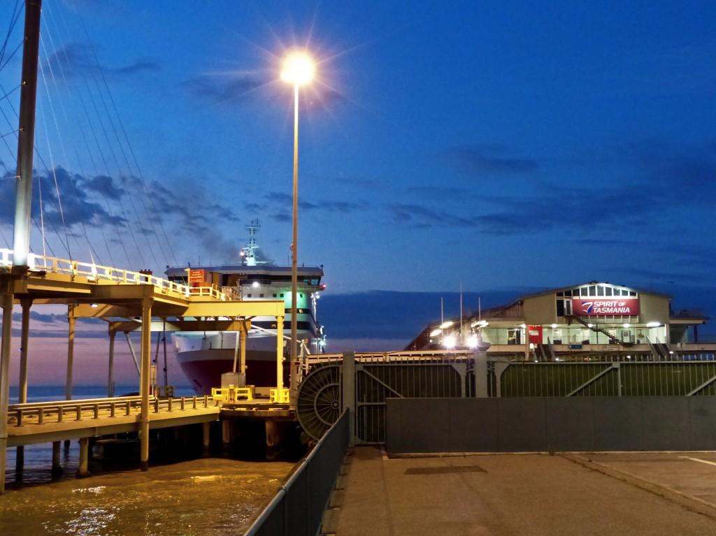 In der Morgendämmerung Blick vom Hafen auf die Fähre