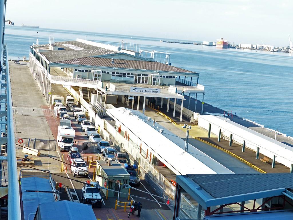 Blick von oben auf den Cruise Terminal in Devenport