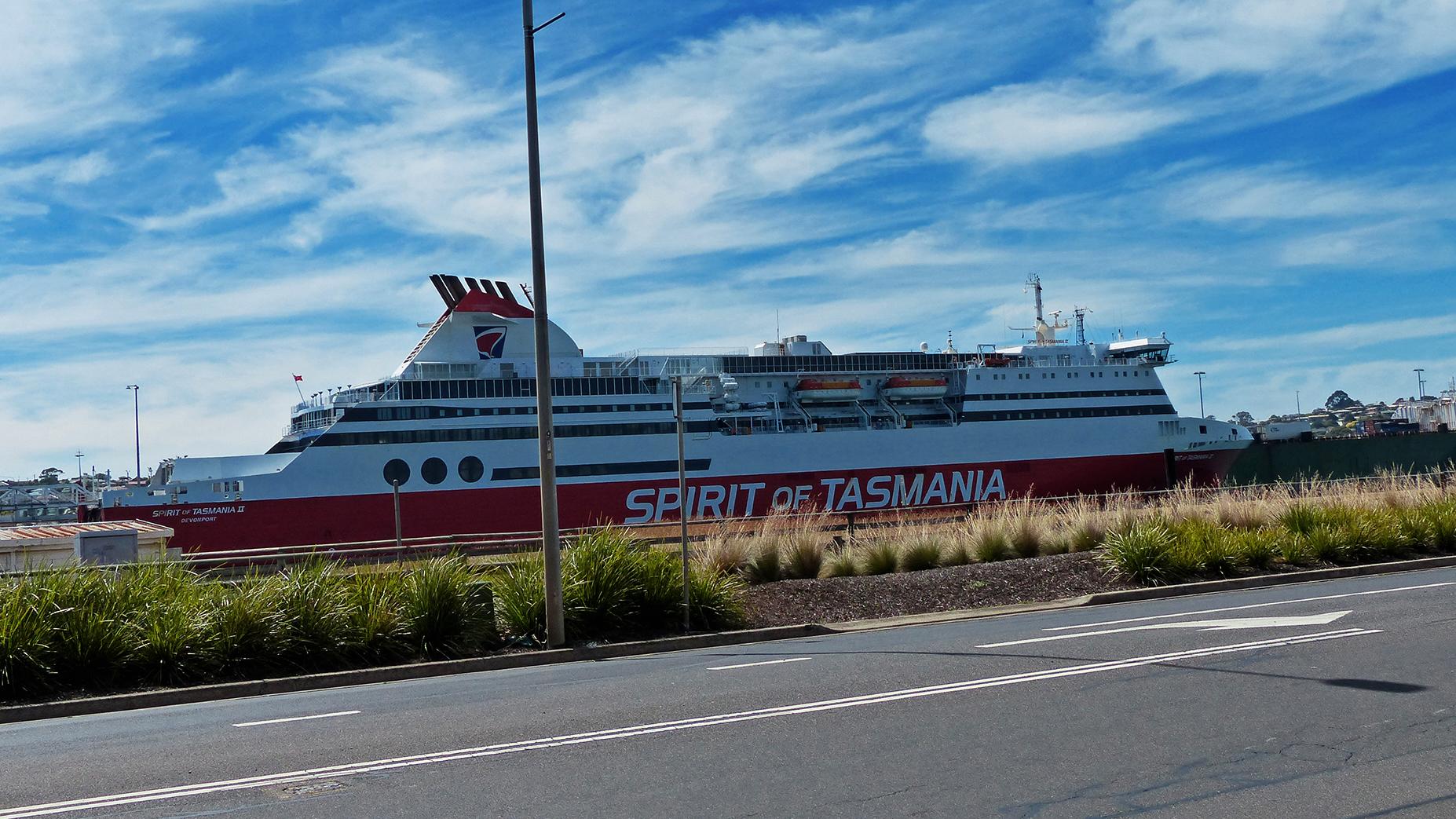 Die Fähre Spirit von Tasmania die in Devenport vorbeifährt