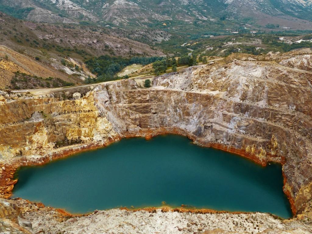 Blick auf einen See im gelben Erzgebirge
