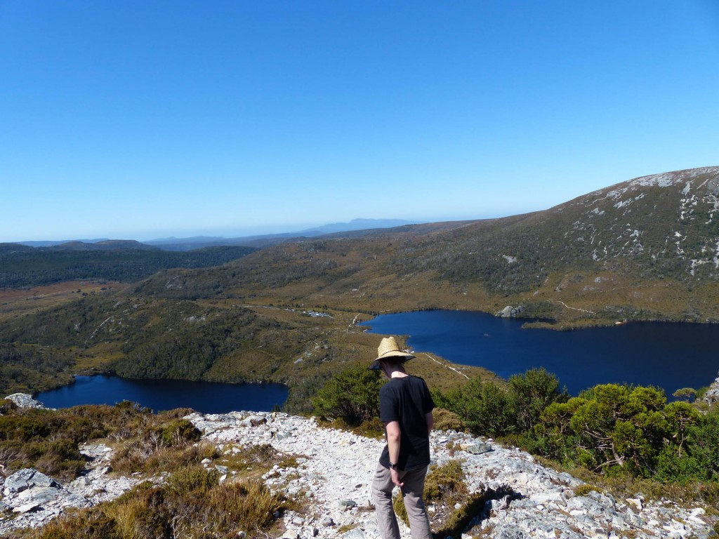 Alina schaut auf Lake Lilla und Dove Lake