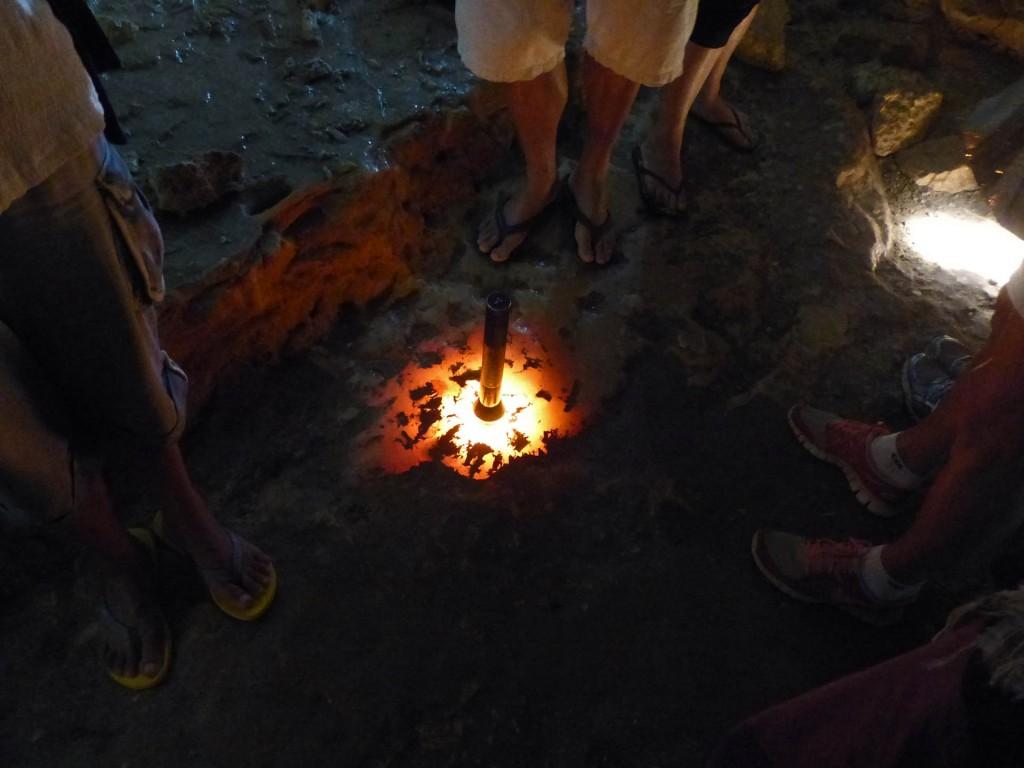 Durch die Taschenlampe leuchtende Steine in der Tropfsteinhöhle Kelly Hills Caves